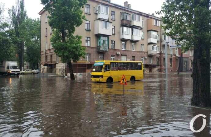 По коліна у воді: які наслідки ранкової зливи у різних районах Одеси? (фото)