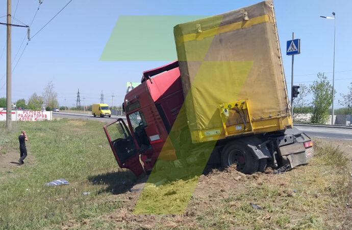Под Одессой грузовик слетел с дороги и угодил в кювет (фото, видео)