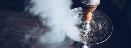 В Одесі жінку оштрафували за те, що її неповнолітній син палив кальян у кафе