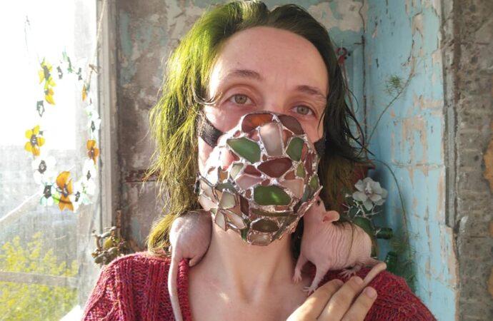 Одесситка смастерила маску из стеклышек, найденных у моря (фото)