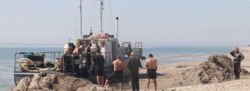 Потроху відкопують: на Одещині судно, яке нещодавно сіло на мілину, невдовзі заберуть