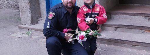 Купив квіти для мами: в Одесі патрульні повернули додому 5-річного хлопчика, який загубився