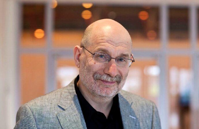 Живой классик Борис Акунин: не читает книг и любит смотреть сериалы