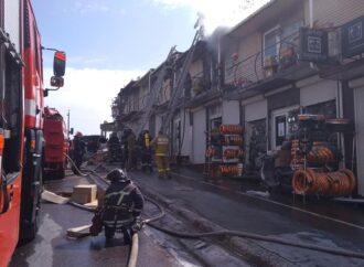"""На території Промислового ринку """"7 км"""" сталася пожежа: горів 2-поверховий магазин (фото)"""