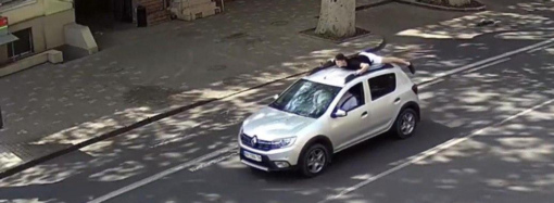 В Одесі поліцейські оштрафували чоловіка, який катав пасажира на даху автомобіля
