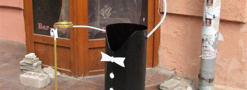 В Одессе появились урны-джентльмены с тросточками-пепельницами