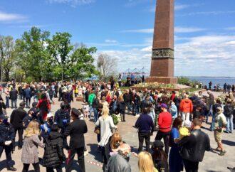 Хаос и никакого карантина: как в одесском парке отметили День Победы (фото)
