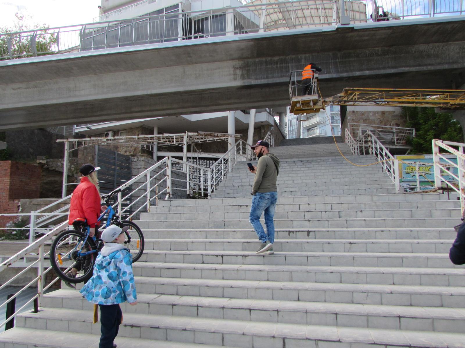 Чтобы попасть на эстакаду, нужно спустить двухколесный транспорт по лестнице