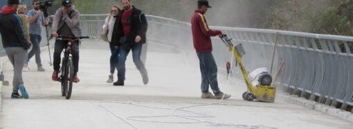 Не то достраивают, не то ремонтируют: что происходит на сданной в эксплуатацию одесской эстакаде? (фото)
