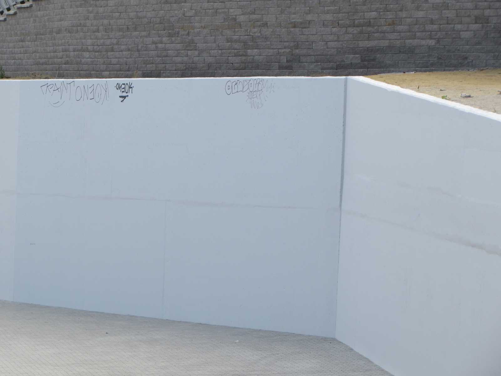 Кто-то уже успел нарисовать граффити на покрашенной стене