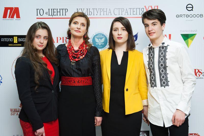 Марина Порошенко с детьми на модном показе