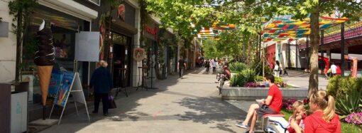 В одесской Аркадии в первый день послабления карантина открылись кафе и рестораны (фоторепортаж)