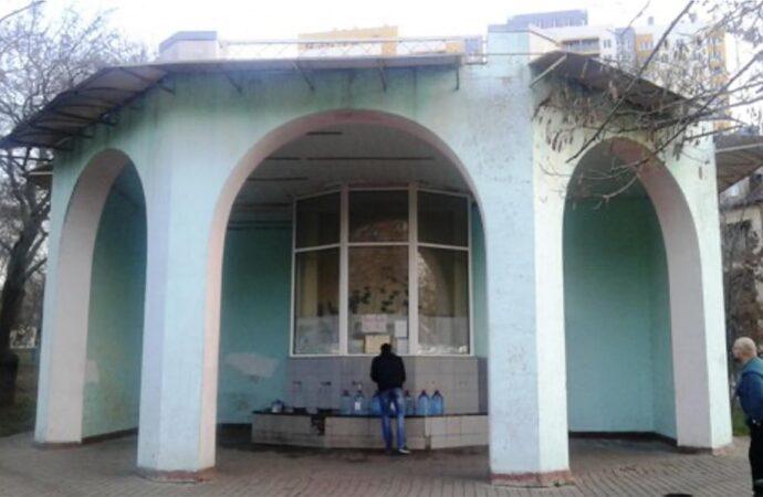 Бювет в Михайловском сквере обокрали и сожгли: когда смогут восстановить работу