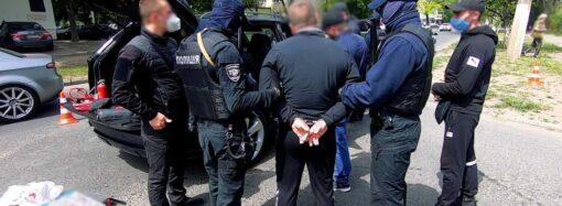 Зв'язали працівницю та забрали понад 200 тис грн: в Одесі група чоловіків пограбувала пункт обміну валют (відео)