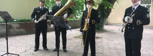 В Одесі оркестр ВМС оригінально подякував лікарям за боротьбу з COVID-19