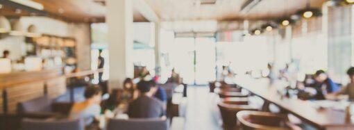 Дезинфекция рук и социальная дистанция: новые правила работы кафе и ресторанов на одной картинке