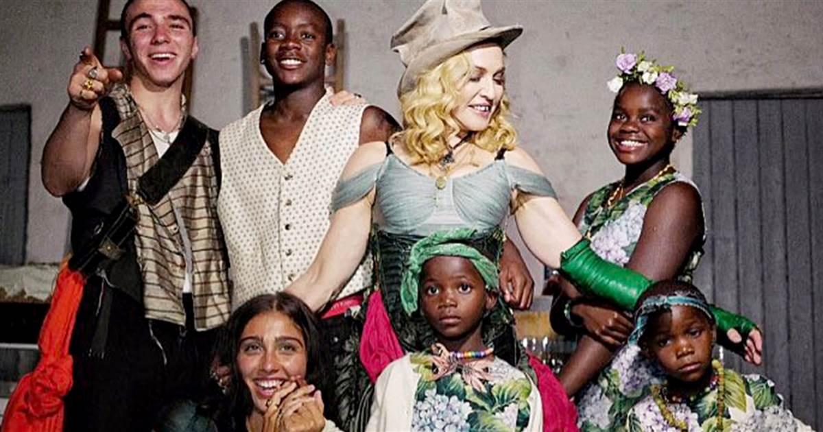 Мадонна воспитывает детей в строгости