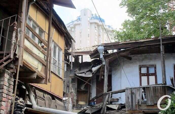 Обрушение на Среднефонтанской: балкой — по спине, с проблемами — на голове (фото)
