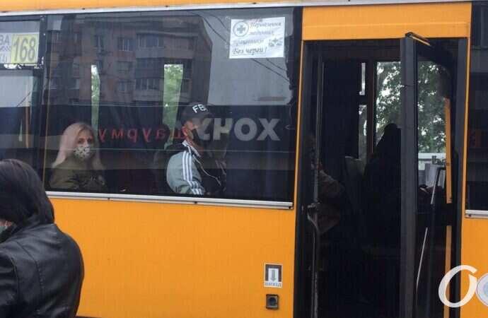 Водитель одесской маршрутки угощает пассажиров конфетами