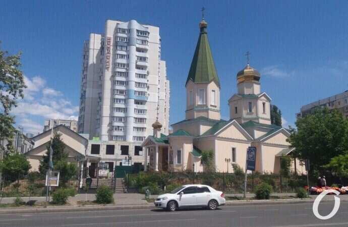 Без масок, но с дистанцией: как во время карантина работают одесские церкви?