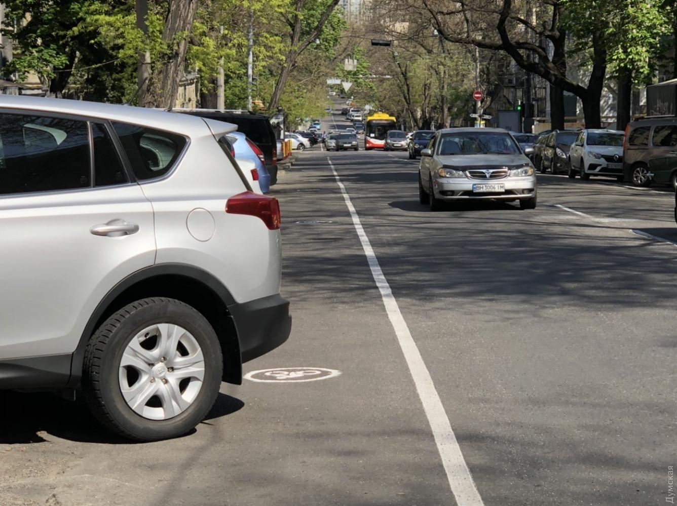 Велосипедисты едва могут протиснуться по дорожке из-за припаркованных машин