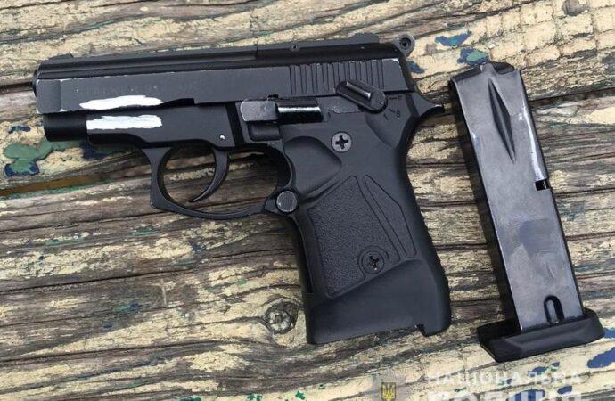 В Суворовском районе Одессы возле детской площадки задержали мужчину с пистолетом