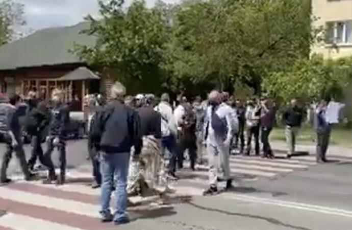 Владельцы гаражей перекрыли дорогу возле Одесского аэропорта (видео)