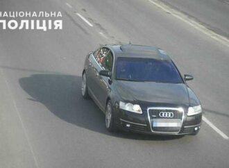 Грабеж в центре Одессы: преступники разбили стекло и украли из автомобиля рюкзак с деньгами