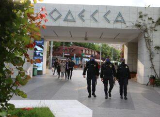 В Одессе неизвестные под видом нацгвардейцев пытаются обыскивать прохожих (видео)