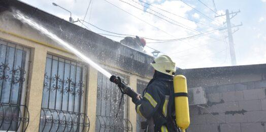 В Одесі біля узбережжя Чорного моря горіло кафе: рятувальники показали відео ліквідації пожежі