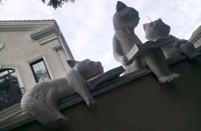 На Французском бульваре появились «Читающие коты» (фото)