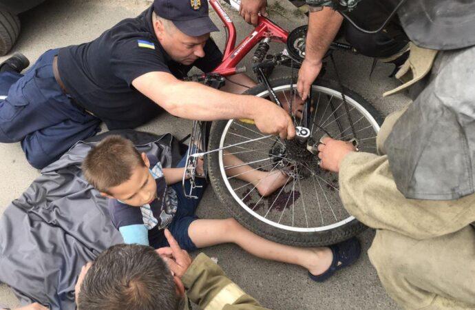 Застрягли пальці у велосипедній зірці: в Одесі рятувальники оперативно допомогли хлопчику