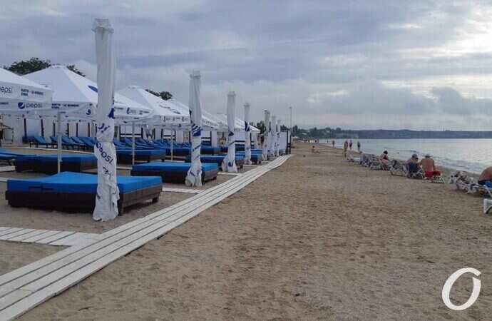 Во власти бесправия: как шезлонги, настилы и шатры полонили одесские пляжи (фото)