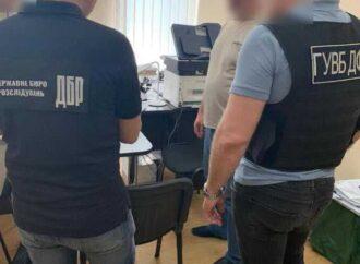 Дозволив вивезення семи автівок на мільйон: на Одещині митника підозрюють у службовій недбалості