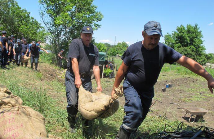 На Одещині рятувальники укріпили земляну дамбу для захисту від повені