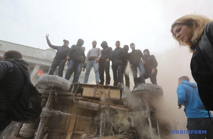 Димові шашки, плакати і перевернуте авто: під Радою вимагають відставки Авакова (фото)