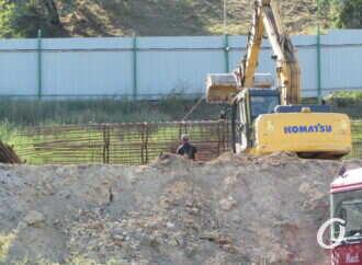 Стройка на 13-й станции Б. Фонтана продолжается несмотря на запрет суда (фотофакт)
