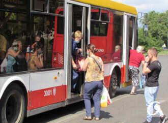 Стоя и без масок: новый эпизод карантина в общественном транспорте Одессы (фото)