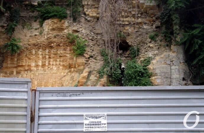 Военный спуск, 10: что с опасным склоном за высоким забором?