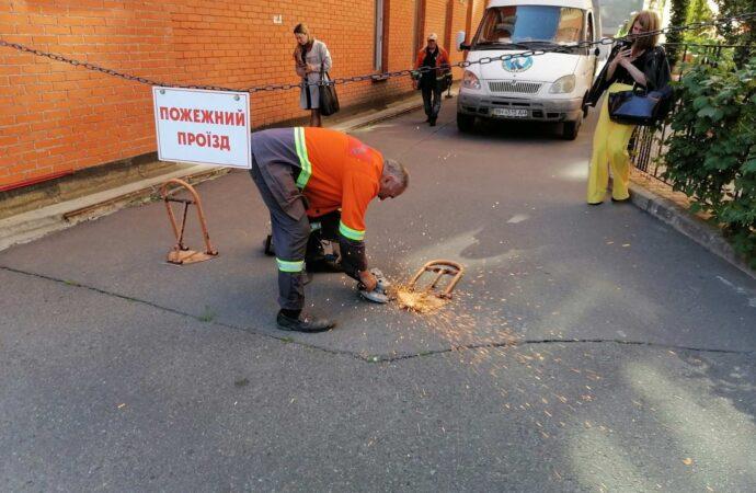 В Одессе начали активно демонтировать незаконные юнипаркеры и «лежачих полицейских»