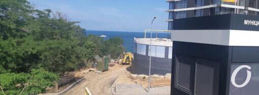 На пляже в парке Юбилейный возобновили запрещенную стройку (фото)