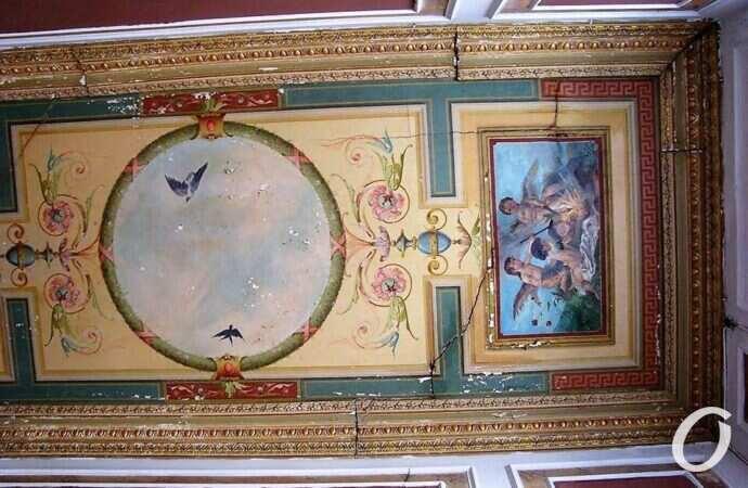 Одесский краевед бьет тревогу по поводу судьбы старинных фресок в историческом доме