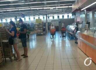 «Масочку не забываем»: как придерживаются карантина в одесских магазинах?