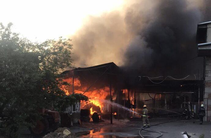 Гасили близько 2-х годин: на Одещині сталася масштабна пожежа на складі
