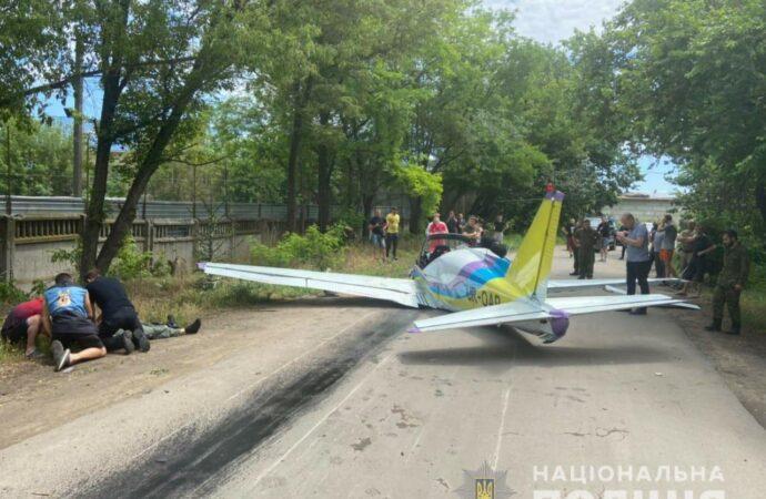 В Одессе рухнул самолет – летчик погиб (фото, видео)