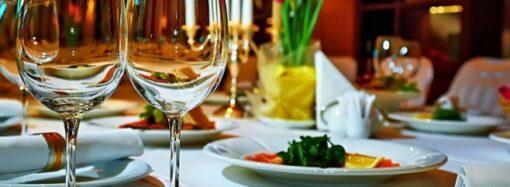 Официанты в масках и антисептики на каждом столе — как работают рестораны в карантин