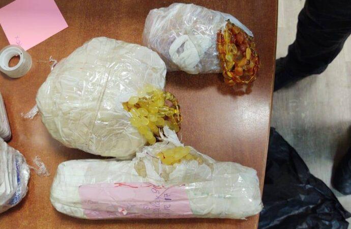 На Одещині у вантажівці виявили 1,5 кг бурштинових прикрас та 60 тисяч пігулок