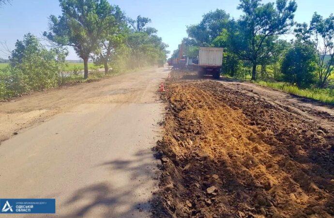 На Одещині почали ремонтувати дорогу, яку автівки об'їжджали полями (фото)