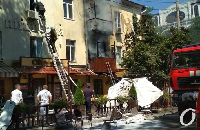 В Одессе горит дом: перекрыли движение по Александровскому проспекту (фото, видео, обновляется)
