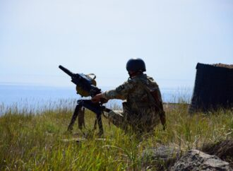 Пограничники и морпехи провели совместные учения на острове в Черном море (видео)